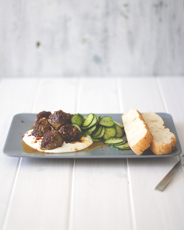 Sommeressen nach Feierabend: orientalische Lammhackbällchen in Chilisauce mit Gurkensalat und Fladenbrot