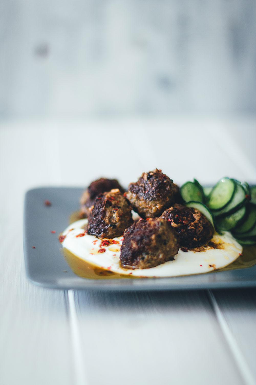 Rezept für orientalische Lammhackbällchen mit würziger Chilisauce und frischem Gurkensalat | Schnelle Feierabendküche im Sommer | moeyskitchen.com #lammhackbaellchen #hackbällchen #meatballs #lamm #feierabendküche #schnelleküche #schnellerezepte #rezepte #foodblogger #orientalischeküche #chilisauce