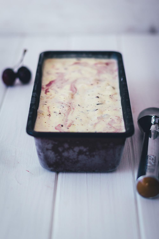 Rezept für sahniges Vanille-Kirscheis mit frischen Kirschen und Schokolade | moeyskitchen.com #kirscheis #eis #eiscreme #kirschen #icecream #foodblogger #rezepte