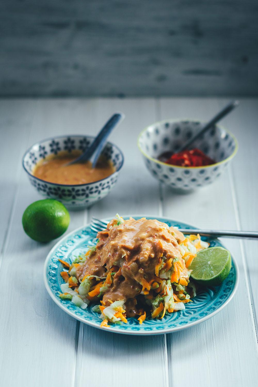 Rezept aus der südostasiatischen Küche: Indonesischer Kohlsalat mit spicy Erdnusssauce und selbst gemachtem Sambal ulek / oelek | moeyskitchen.com #indonesisch #indonesischkochen #kohlsalat #erdnusssauce #sambal #sambalulek #sambaloelek #südostasiatisch #asiatischkochen #rezepte #foodblogger