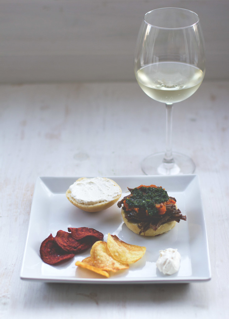 Der Badische Wein präsentiert: Fünf Gänge – ein Genuss <br />Die Vorpseise: Pulled Brisket im Burgerbun, mit Petersilienöl, Karottencreme, Rote-Bete- und Kartoffel-Chips und Meerrettichschmand