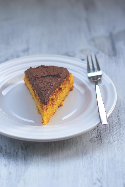 Saftiger Kürbiskuchen mit cremiger Schokoladen-Ganache | Butternut-Kuchen mit rohem Kürbis | moeyskitchen.com
