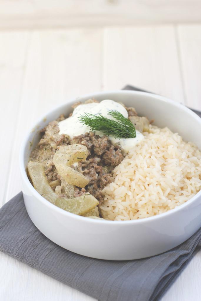 Einfaches Rezept für Schmorgurke - klassische Schmorgurkenpfanne mit Hackfleisch, Schmand und Senf