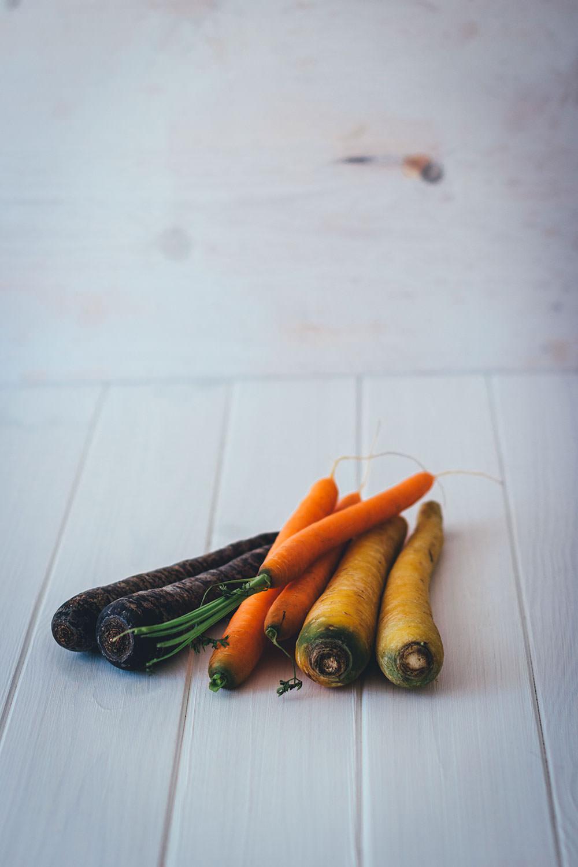 Rezept für knusprige Möhrentarte mit bunten Karotten, Ricottacreme und Kräuteröl | schnelle vegetarische Feierabendküche | moeyskitchen.com #tarte #feierabendküche #rezepte #foodblogger #möhren #karotten #schnelleküche #schnellerezepte