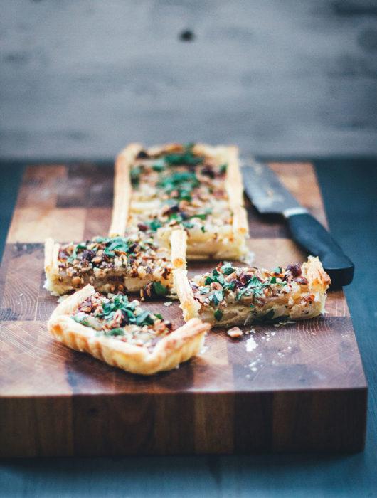Rezept für vegetarische Schwarzwurzel-Tarte mit Blätterteigboden, Parmesan und Haselnüssen | moeyskitchen.com #schwarzwurzeln #tarte #quiche #schwarzwurzeltarte #backen #rezepte #foodblogger #vegetarisch #veggie