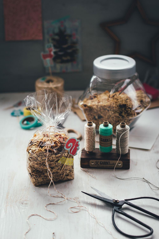 Rezept für X-mas Granola | leckeres weihnachtliches Knuspermüsli | mit Verpackungstipps für das Weihnachtsmüsli | moeyskitchen.com #granola #knuspermüsli #müsli #weihnachten #weihnachtsgeschenk #geschenkidee #geschenkeausderküche #foodblogger #rezepte