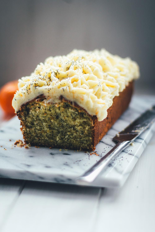 Rezept für saftigen Clementinen-Kuchen mit Mohn und Crème fraîche Frosting | moeyskitchen.com #kuchen #kuchenbacken #clementinen #mohnkuchen #clementinenkuchen #rezepte #foodblogger #backen #backrezept