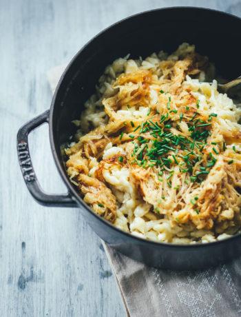 Käsespätzle mit geschmorten Zwiebeln sind für mich DAS Soul Food in Herbst und Winter. Wenn es draußen kalt und ungemütlich wird, geht doch nichts über frische Spätzle, würzigen Käse und Schmorzwiebeln. Meine vegetarischen Chäschnöpfli bereite ich auf Schweizer Art mit Emmentaler zu. Mit österreichischem Bergkäse schmecken sie als Kasspatzn oder Kasspatzln wie in einer Berghütte in Tirol | moeyskitchen.com