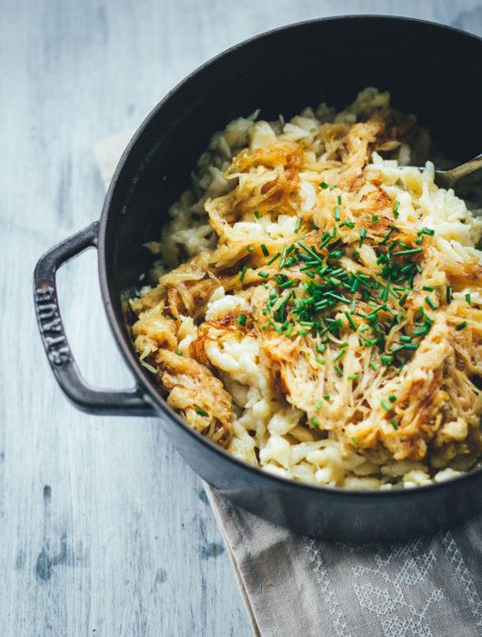 Käsespätzle mit geschmorten Zwiebeln sind für mich DAS Soul Food in Herbst und Winter. Wenn es draußen kalt und ungemütlich wird, geht doch nichts über frische Spätzle, würzigen Käse und Schmorzwiebeln. Meine vegetarischen Chäschnöpfli bereite ich auf Schweizer Art mit Emmentaler zu. Mit österreichischem Bergkäse schmecken sie als Kasspatzn oder Kasspatzln wie in einer Berghütte in Tirol   moeyskitchen.com