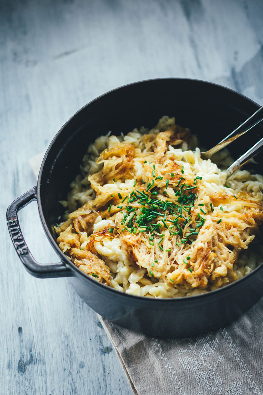Rezept für leckere Käsespätzle - selbst gemachtes vegetarisches Soul Food für Herbst und Winter | Käsespätzle mit Emmentaler und geschmorten Zwiebeln | moeyskitchen.com #käsespätzle #kaesespaetzle #kässpatzn #käsknöpfle #herbstküche #winterküche #soulfood #vegetarisch #veggie #spätzle #rezepte #foodblogger