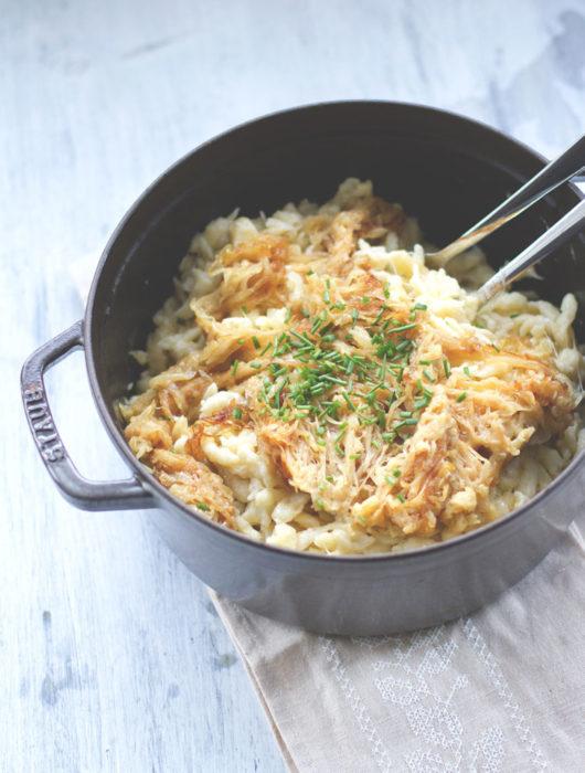 Rezept für Käsespätzle mit geschmorten Zwiebeln - echtes Winter-Soul-Food | moeyskitchen.com