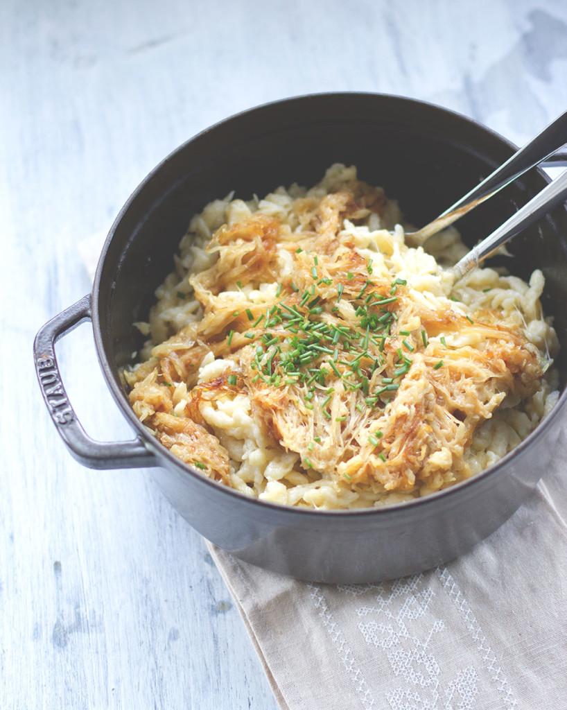 Vegetarisches Winter-Soul-Food: Rezept für Käsespätzle mit geschmorten Zwiebeln