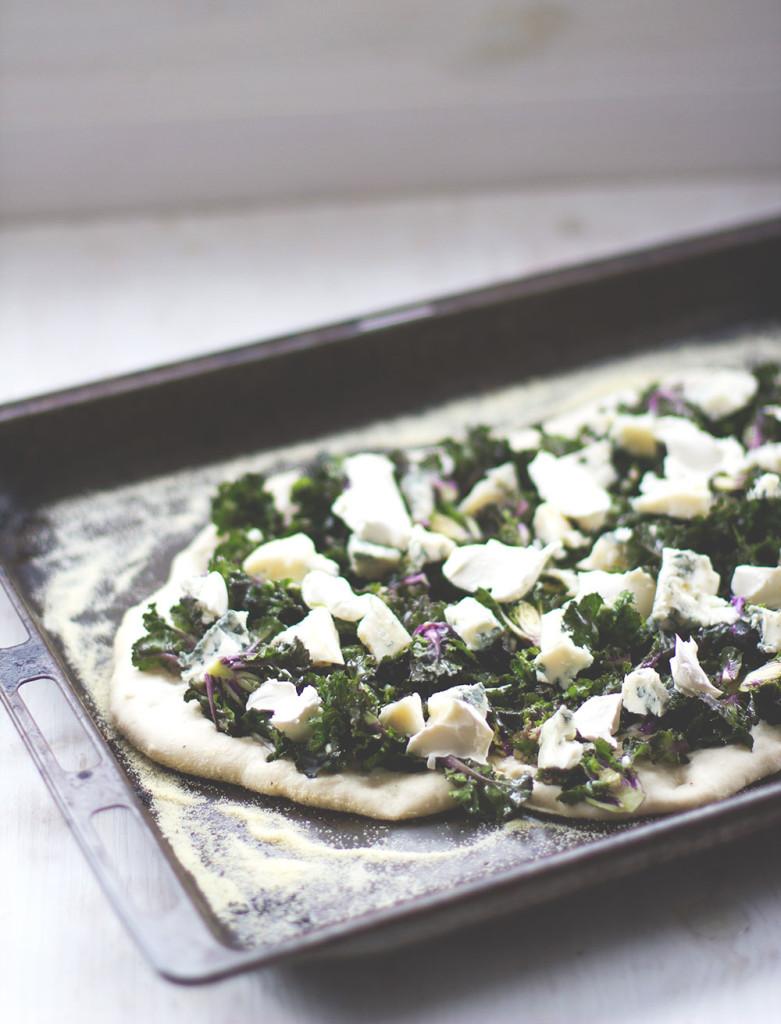 Belegter Pizzateig auf dem Backblech