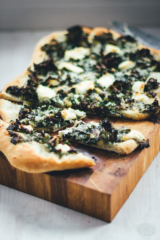 Rezept für knusprige Winterpizza mit Kohlröschen (Flower Sprouts), Mozzarella und Gorgonzola | moeyskitchen.com #pizza #pizzarezept #winterrezept #winterpizza #rezepte #flowersprouts #vegetarisch #veggie #foodblogger