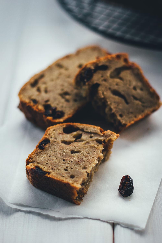 Rezept für saftiges Bananenbrot mit Cranberries und Walnüssen | moeyskitchen.com #bananenbrot #bananabread #backen #kuchen #kuchenbacken #rezepte #foodblogger