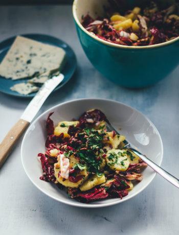 Rezept für Winter-Kartoffelsalat mit Radicchio, Pekannüssen und Gorgonzola | moeyskitchen.com #kartoffelsalat #winterkartoffelsalat #wintersalat #salat #winter #foodblogger #rezepte