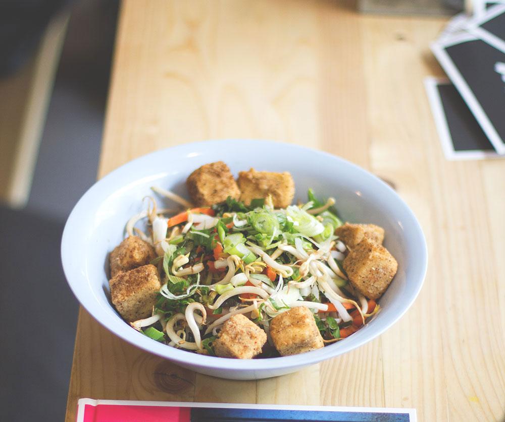 Thai-Glasnudelsalat mit frittiertem Tofu von der Straßenküche im Laden Ein
