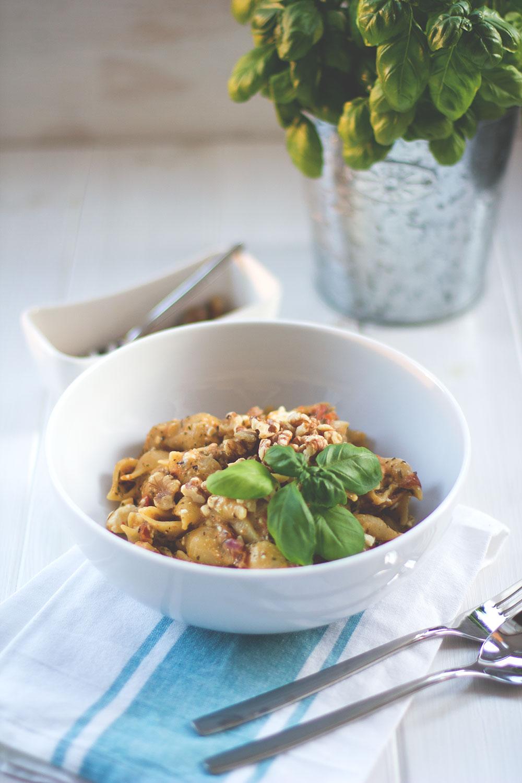 One Pot Pasta - frische Pasta, alles aus einem Topf. Mit getrockneten und frischen Tomaten, Walnüssen, mariniertem Feta und Basilikum