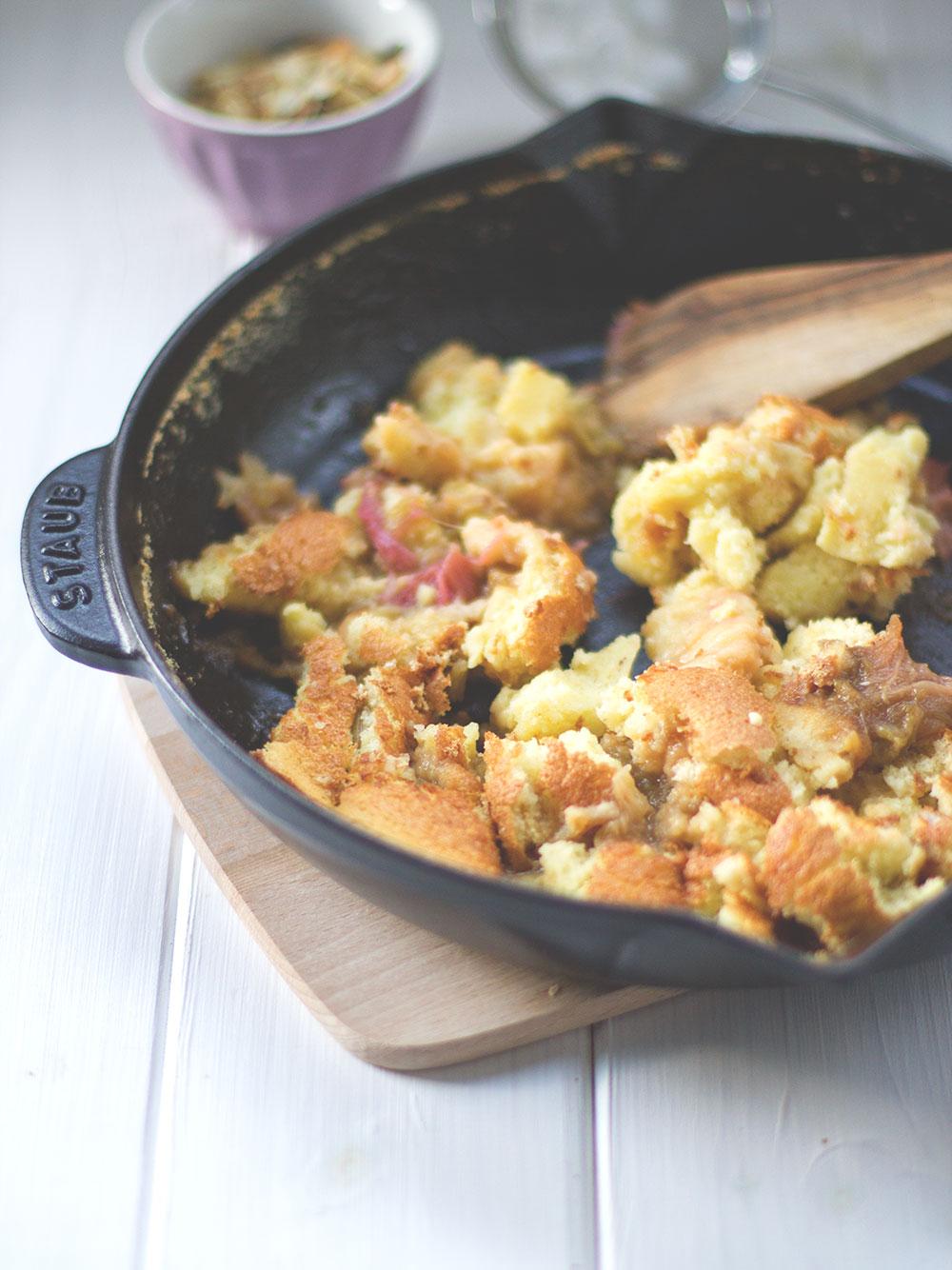 Sonntagssüß: Fluffiger Rhabarber-Ofen-Schmarrn - Kaiserschmarrn mit Rhabarber aus dem Ofen