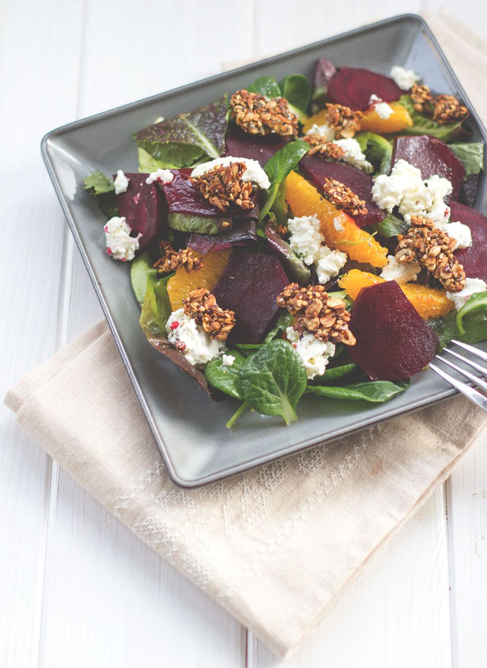 Frühlingssalat mit gebackener Roter Bete, Ziegenfrischkäse, Orangen und herzhaftem Granola