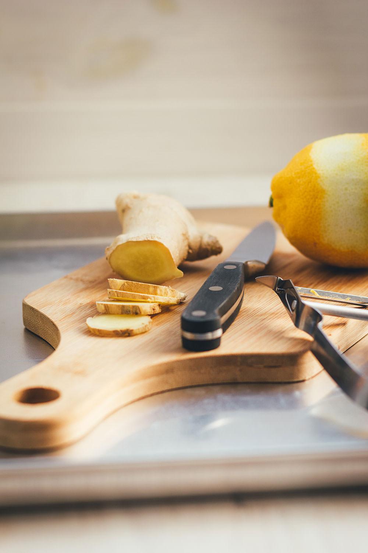 Rezept für Ingwer-Zitronen-Sirup | selbst gemachter Getränkesirup | Rezept mit und ohne Thermomix | moeyskitchen.com #sirup #ingwerzitronensirup #ingwer #zitrone #rezepte #getränke #selbstgemacht #homemade #foodblogger #thermomix #tm5 #tm6 #tm31 #thermomixrezepte #siruprezepte #getränkesirup