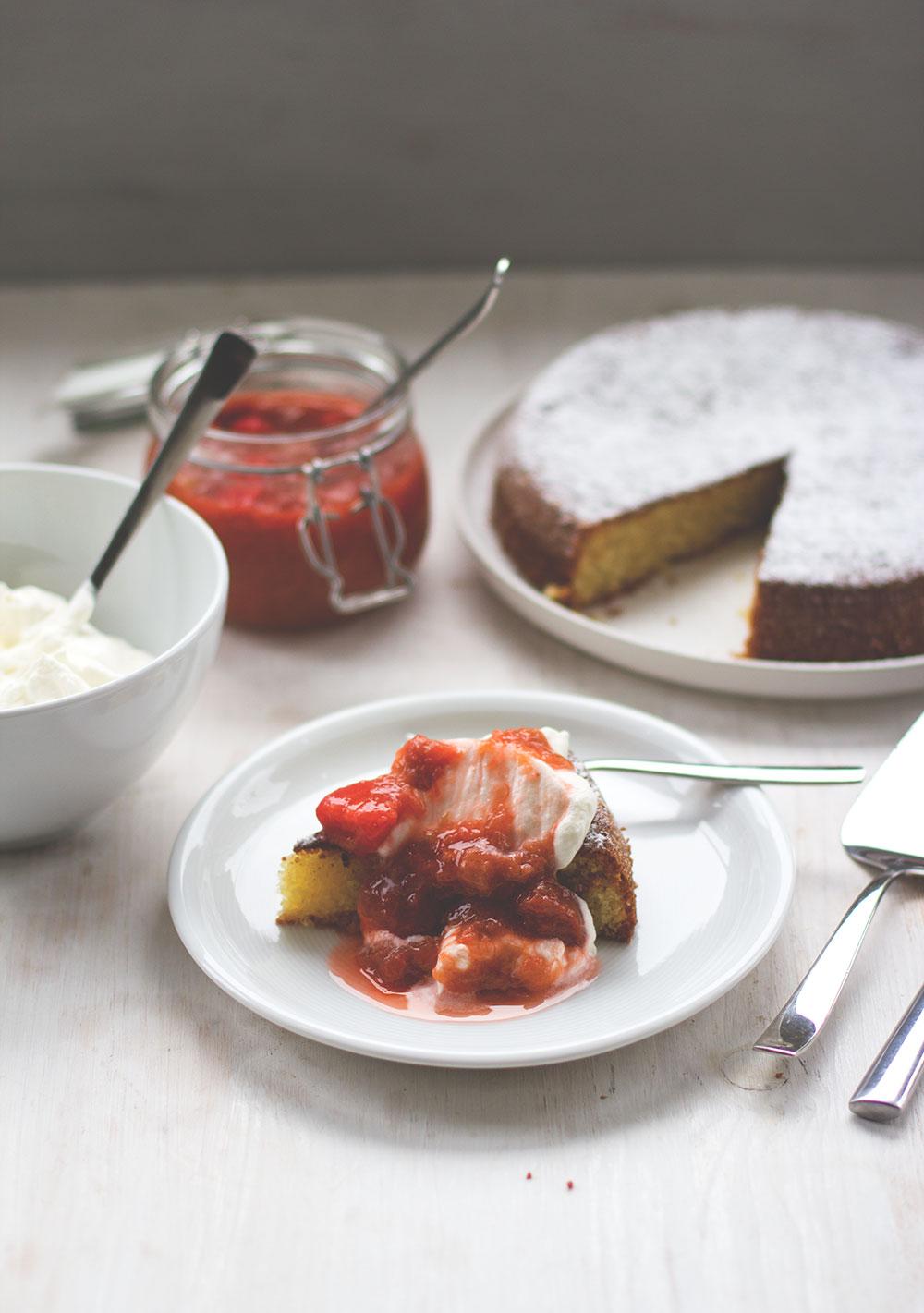 Rezept für saftigen Mandelkuchen mit Rhabarber-Erdbeer-Kompott