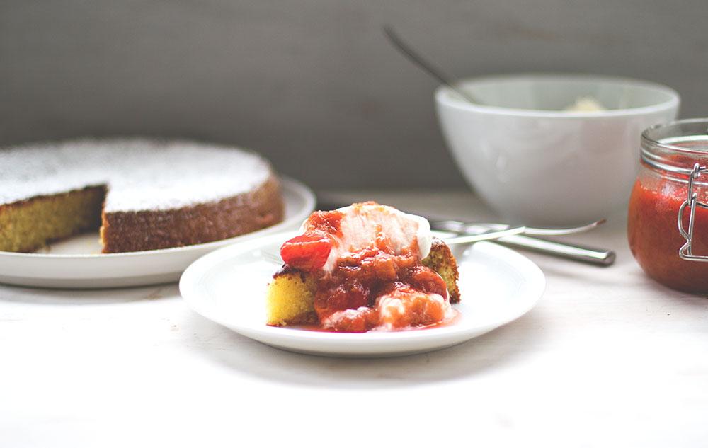 Rezept für Mandelkuchen mit Rhabarber-Erdbeer-Kompott
