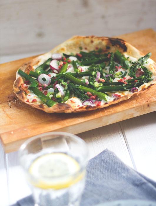 Rezept für leckeren Spargel-Mascarpone-Flammkuchen mit grünem Spargel, Speck und Frühlingszwiebeln | moeyskitchen.com #flammkuchen #spargel #grünerspargel #mascarpone #speck #frühling #foodblogger #rezepte