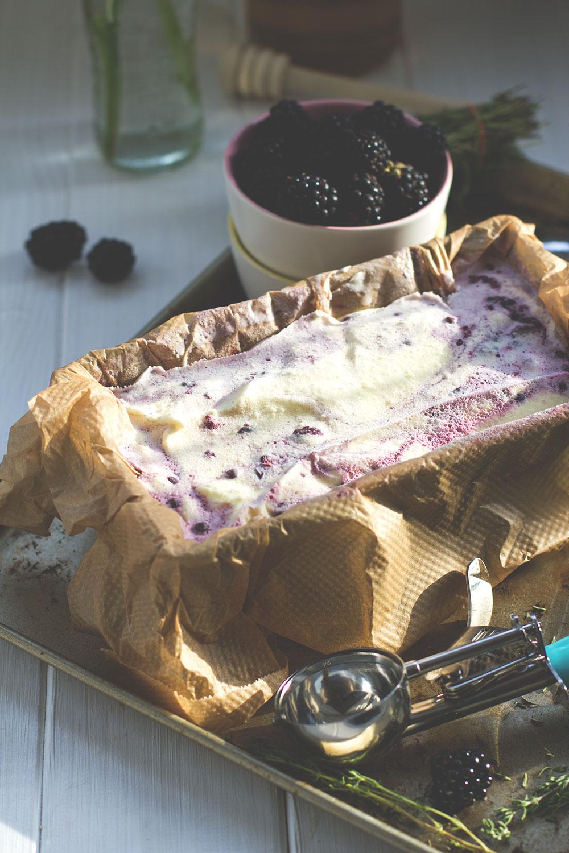 Rezept für Brombeer-Eis mit Ziegenfrischkäse, Honig und Thymian | moeyskitchen.com