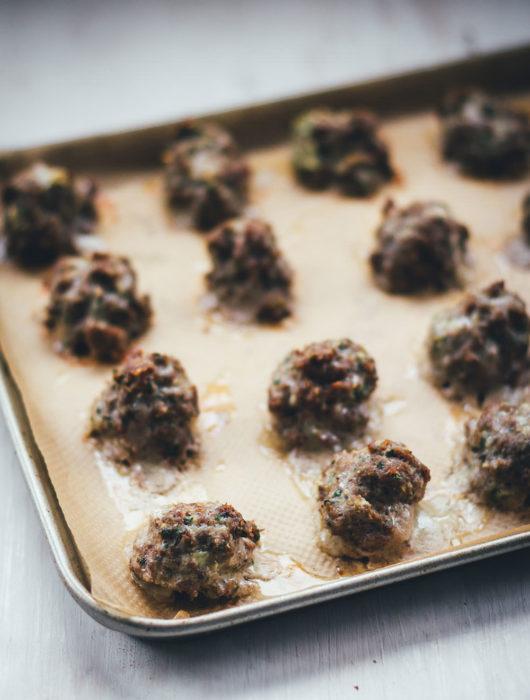 Rezept für selbst gemachte Meatballs – Hackfleischbällchen aus dem Ofen | Grundrezept für Hackbällchen, die sich einfrieren und vielseitig einsetzen lassen | moeyskitchen.com #hackfleischbällchen #hackbällchen #meatballs #hackfleisch #rezepte #foodblogger #ofenrezepte #grundrezepte