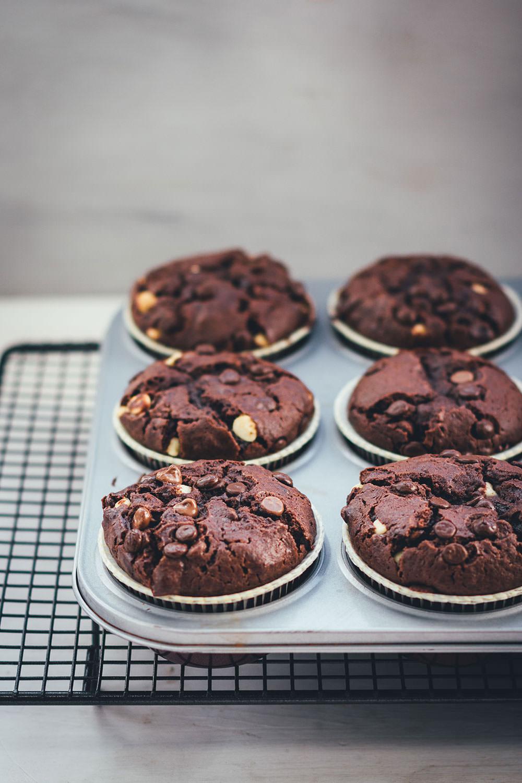 Rezept für die ultimativen Schoko-Muffins | Schokomuffins mit dreierlei Schokolade | moeyskitchen.com #muffins #schokomuffins #schokoladenmuffins #backen #foodblogger #rezepte