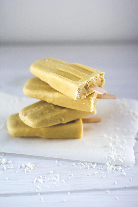 Rezept für leckere und gesunde Piña Colada Popsicles von moeyskitchen.com