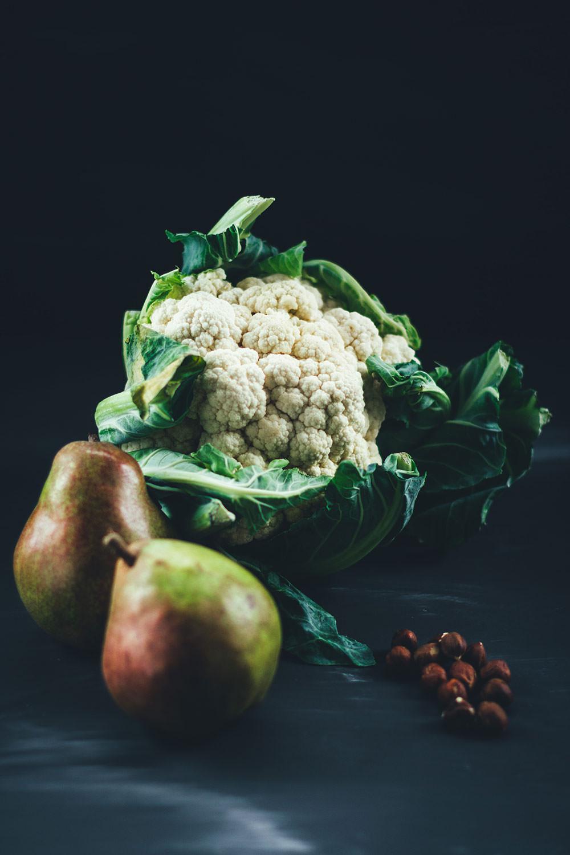 Rezept für cremige Blumenkohl-Birnen-Suppe mit Blauschimmelkäse und Haselnuss-Petersilien-Topping | moeyskitchen.com #suppe #suppenrezepte #rezepte #foodblogger #vegetarisch #veggie #blumenkohl #birnen
