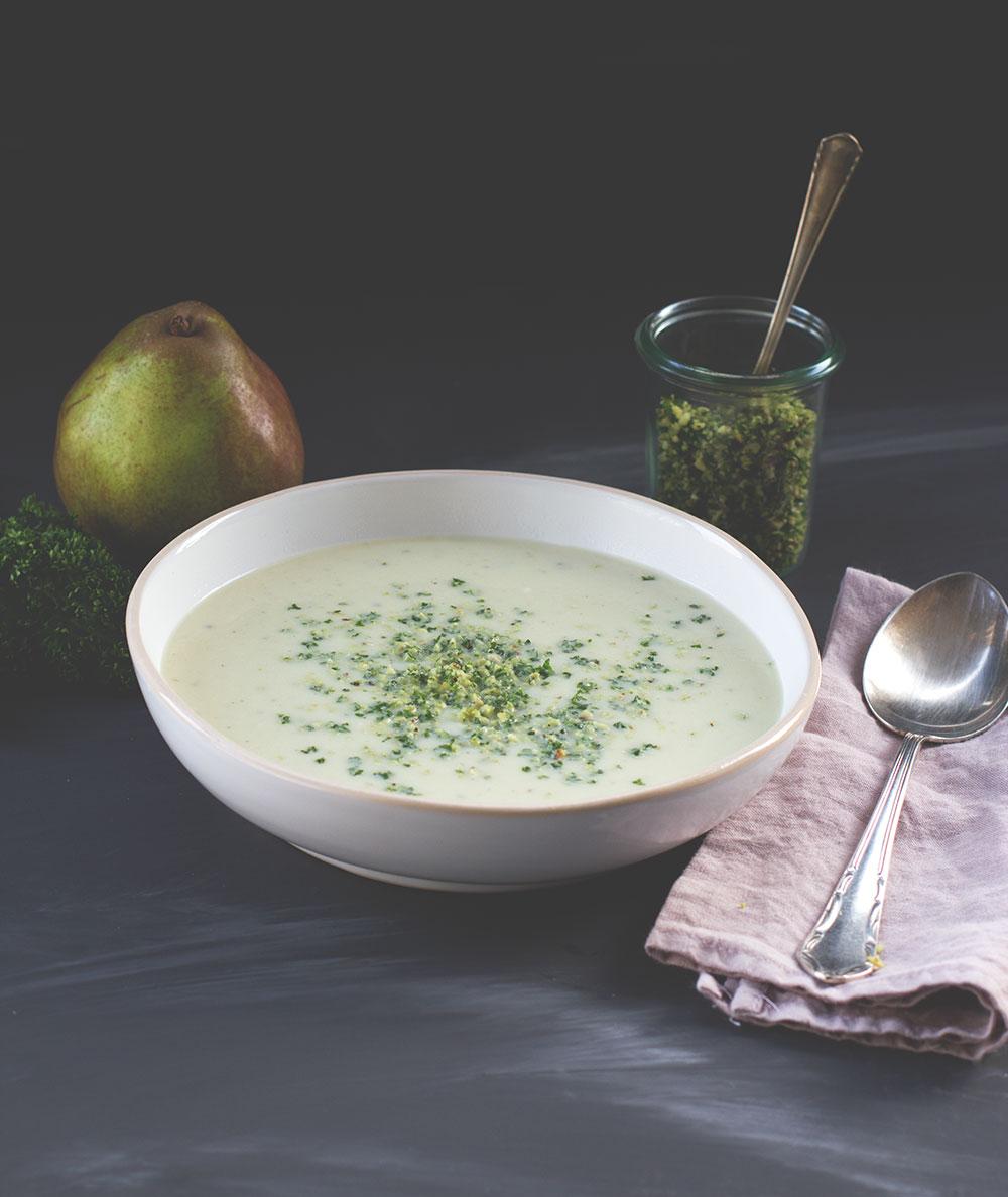 Rezept für Blumenkohl-Birnen-Suppe mit Blauschimmelkäse und Haselnuss-Petersilien-Topping