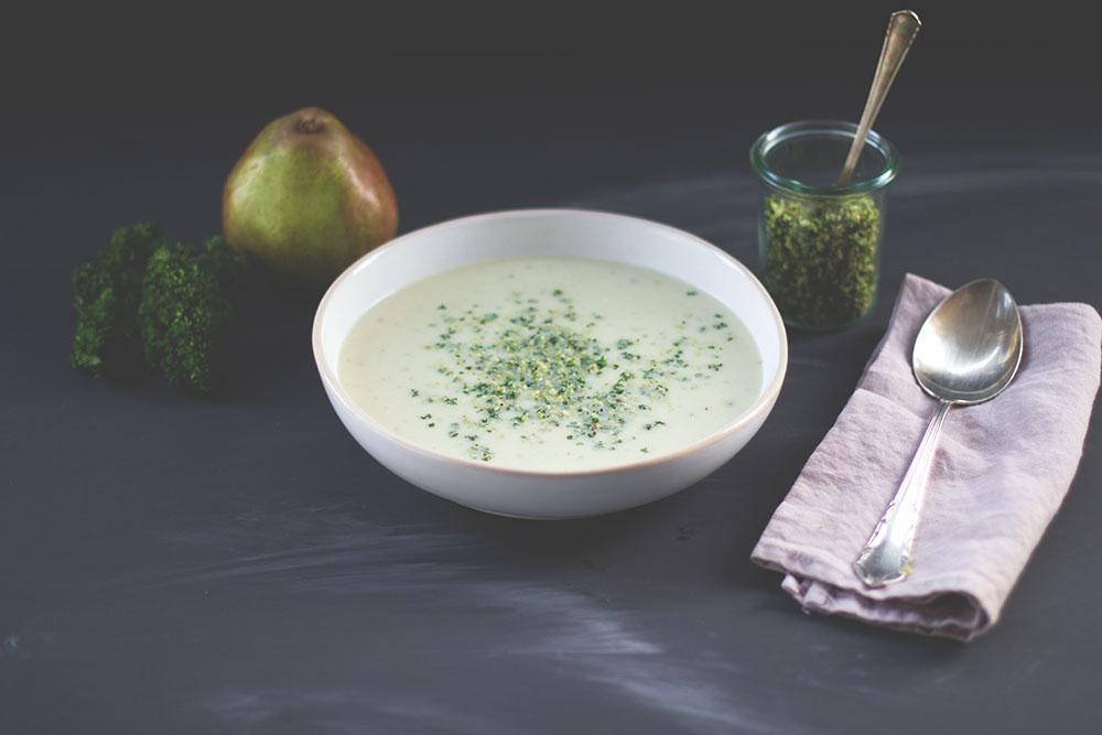 Rezept für Blumenkohl-Birnen-Suppe mit Blauschimmelkäse und Haselnuss-Petersilien-Topping | leckere Suppe für den Herbst | moeyskitchen.com #suppe #blumenkohl #birnen #herbst #rezept #foodblog