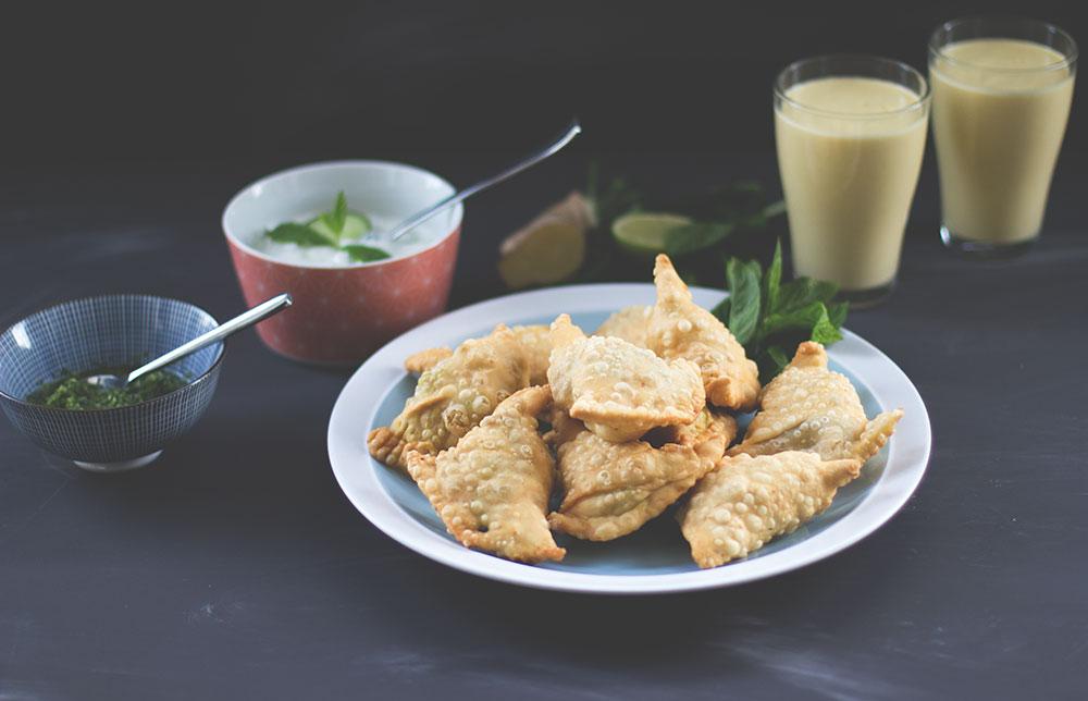 Rezept für Kartoffel-Samosas mit grünem Kräuter-Chutney, Gurken-Minz-Raita und Mango-Lassi