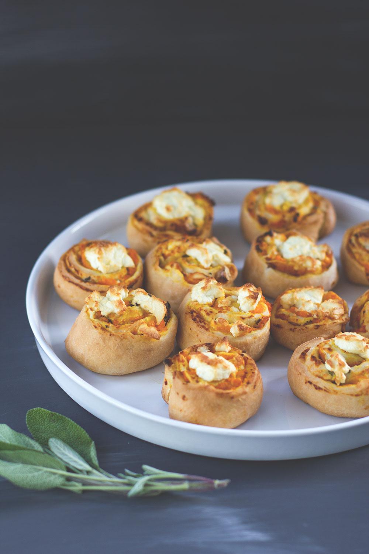 Rezept für herzhafte Hefeschnecken mit Kürbis, Salbei, Feta und Walnüssen (mit und ohne Thermomix) | moeyskitchen.com #hefeschnecken #kürbis #foodblog #rezept