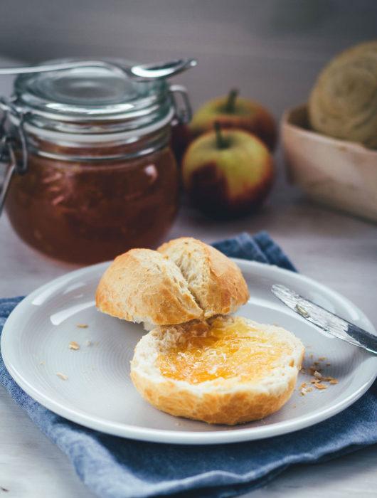 Rezept für Apfel-Karamell-Konfitüre ohne Gelierzucker | leckere Apfel-Marmelade für den Herbst | moeyskitchen.com #rezept #foodblog #foodblogger #marmelade #konfitüre #fruchtaufstrich #äpfel #apfelkonfitüre #apfelmarmelade #apfelaufstrich #herbstrezept #einmachen #einkochen