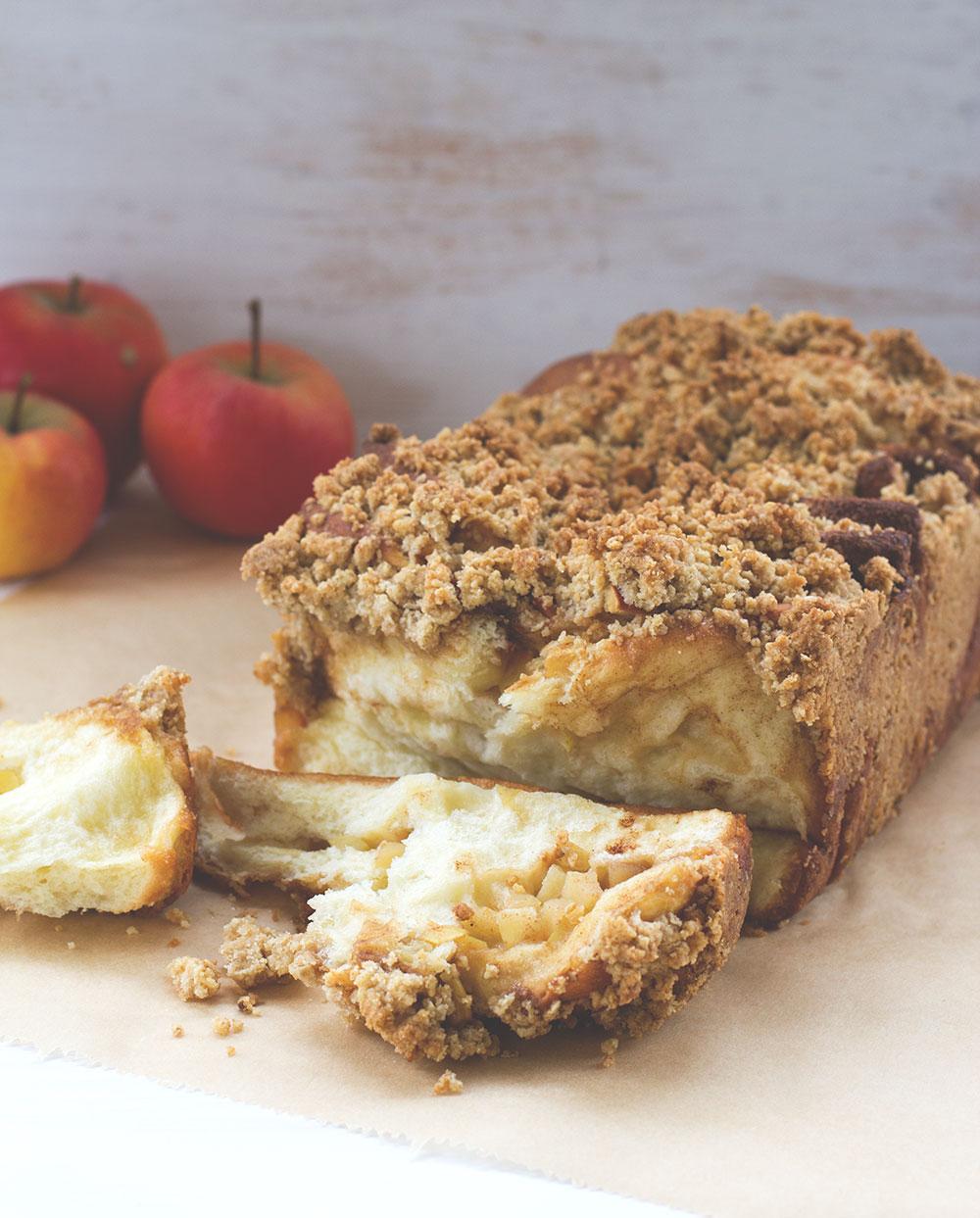 Rezept für Apfel-Zimt-Zupfbrot mit Streuseln (Apple Cinnamon Pull-Apart Bread) von moeyskitchen.com