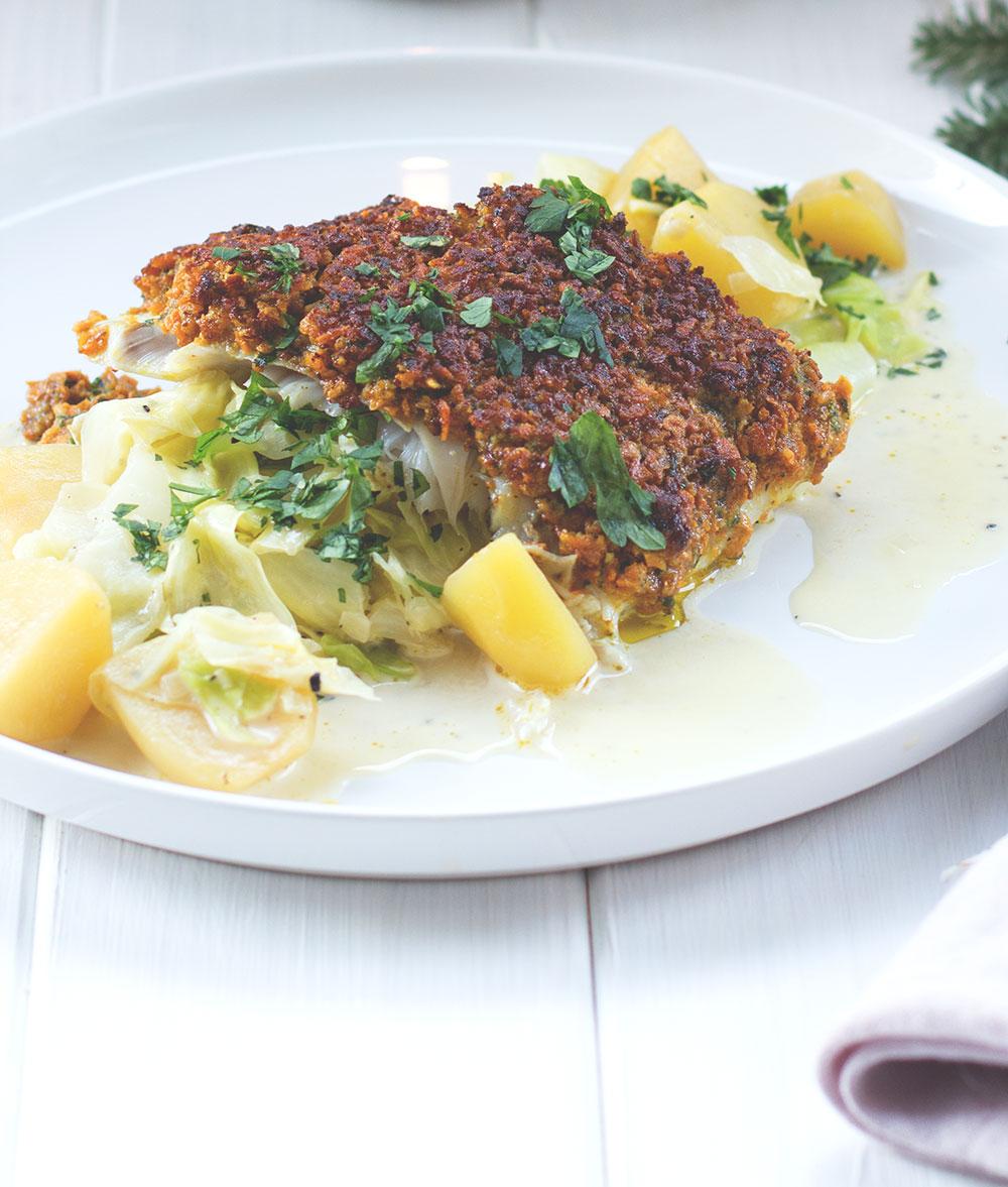Rezept für Kabeljaufilet mit Süßkartoffelchips-Kruste und Kartoffel-Spitzkohl-Gemüse | REWE Feine Welt Adventsbotschafter | Hauptgericht von moeyskitchen.com