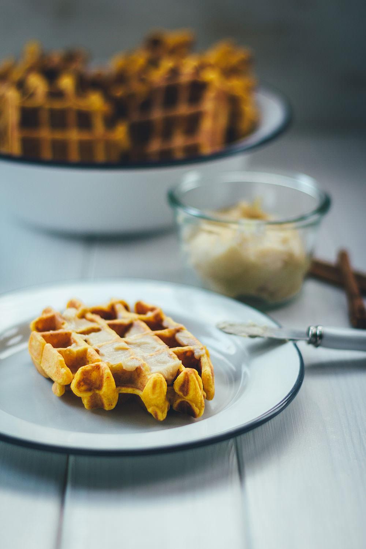 Rezept für leckere Kürbis-Waffeln - außen knusprig und innen weich | serviert mit luftig aufgeschlagener Honig-Zimt-Butter | moeyskitchen.com #waffeln #kürbis #kürbiswaffeln #backen #herbst #rezepte #foodblogger #herbstideen #herbstrezepte
