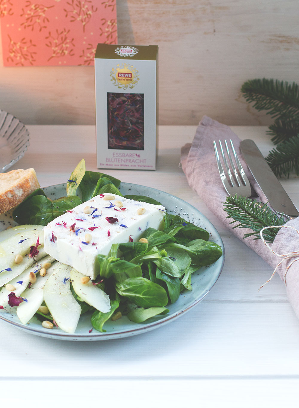 Feldsalat mit Birne, Pinienkernen und Ziegenfrischkäse-Blüten-Terrine | REWE Feine Welt Adventsbotschafter | Vorspeise von moeyskitchen.com