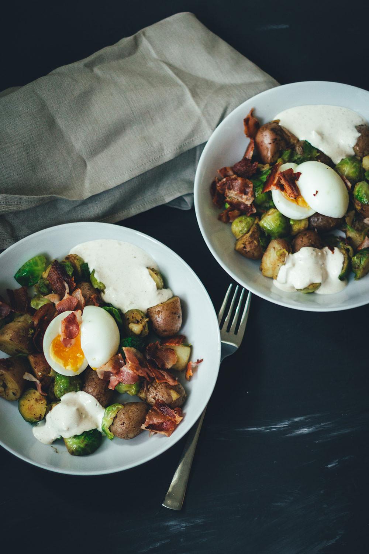 Rezept für Rosenkohl-Kartoffel-Pfanne mit wachsweichem Ei, Bacon und Knoblauch-Schmand | schnelle Feierabendküche für Herbst und Winter | moeyskitchen.com #rosenkohl #kartoffeln #bacon #feierabendküche #schnellerezepte #foodblogger #rezepte #einfacherezepte