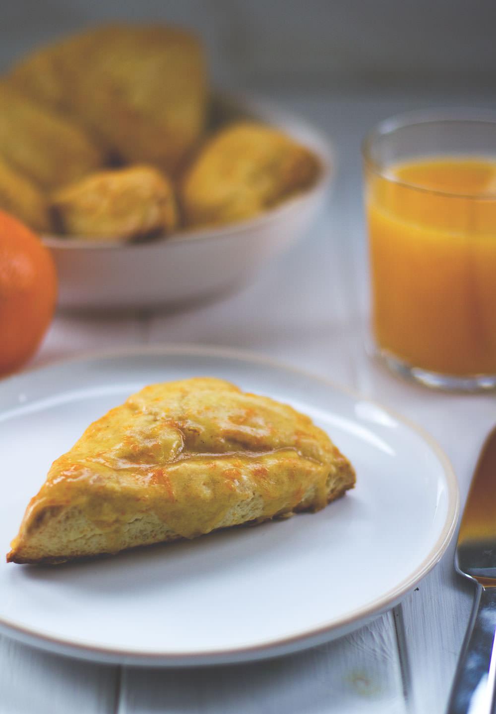 Rezept für leckere Orangen-Scones mit Braune Butter-Orangen-Glasur von moeyskitchen.com