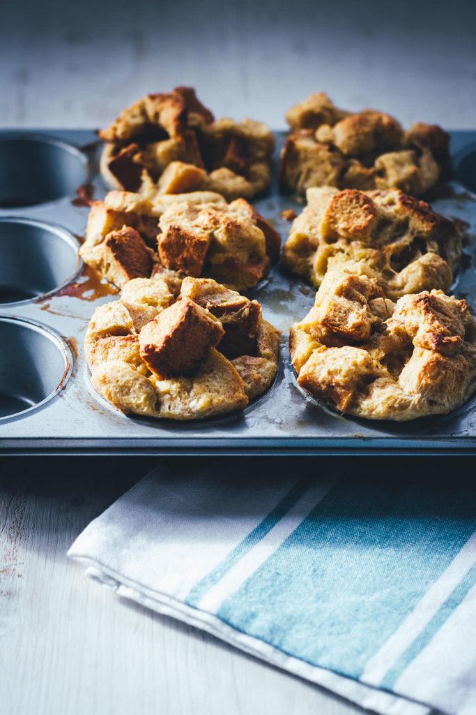 Rezept für leckere French Toast Muffins zum Sonntagsfrühstück. Alles was ihr braucht ist ein süßes Hefebrot. Ein paar Eier, etwas Milch, Zimt und Zucker und das wars. Die Zubereitung ist ähnlich wie bei French Toast – ihr müsst es nur nicht einzeln und ohne anzubrennen in der Pfanne ausbacken, sondern gebt die Brotwürfel einfach in eine Muffinform und backt die French Toast Muffins unkompliziert im Ofen. Perfekt für die ganze Familie! Ich esse mein French Toast am liebsten mit Butter und Ahornsirup. Aber auch Bacon, Zimt & Zucker, Marmelade, Vanillesauce oder auch Bacon passen super   moeyskitchen.com