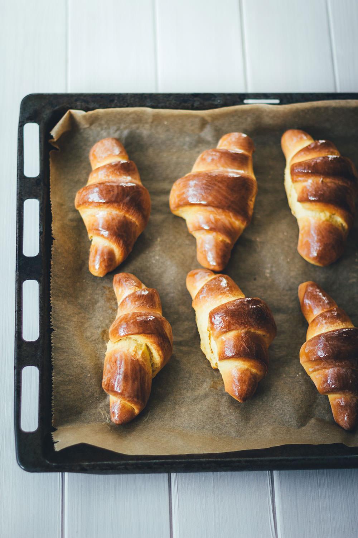 Rezept für Süßkartoffel-Hörnchen mit aufgeschlagener Ahornsirup-Butter | moeyskitchen.com #hörnchen #süßkartoffeln #süßkartoffelhörnchen #frühstück #sonntagsfrühstück #backen #rezepte #foodblogger