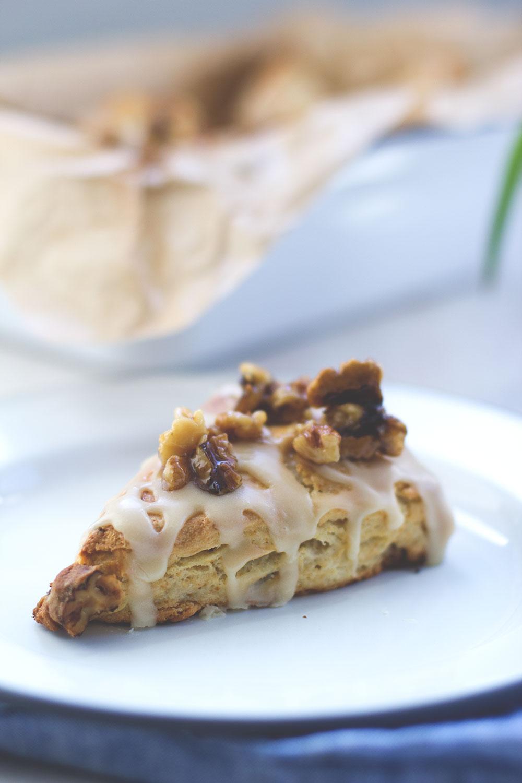 Rezept für Ahornsirup-Scones mit karamellisierten Walnüssen von moeyskitchen.com
