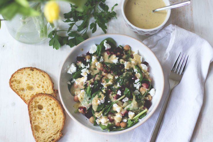 Rezept für frühlingsfrischen Spinat-Kichererbsen-Salat mit Rote Bete und cremigem Hummus-Dressing aus dem Thermomix von moeyskitchen.com