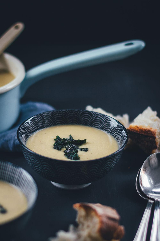 Rezept für cremige weiße Bohnensuppe mit knusprigem Salbei | moeyskitchen.com #rezepte #foodblogger #suppe #bohnensuppe #weissebohnen #salbei