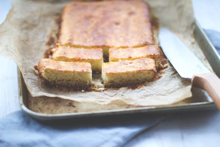 Rezept für saftige Kokos-Cheesecake-Schnitten (Cheesecake Bars) von moeyskitchen.com
